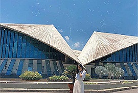 Đứng ngồi không yên trước Nhà hát 3 nón lá ở Bạc Liêu lập kỷ lục lớn nhất Việt Nam