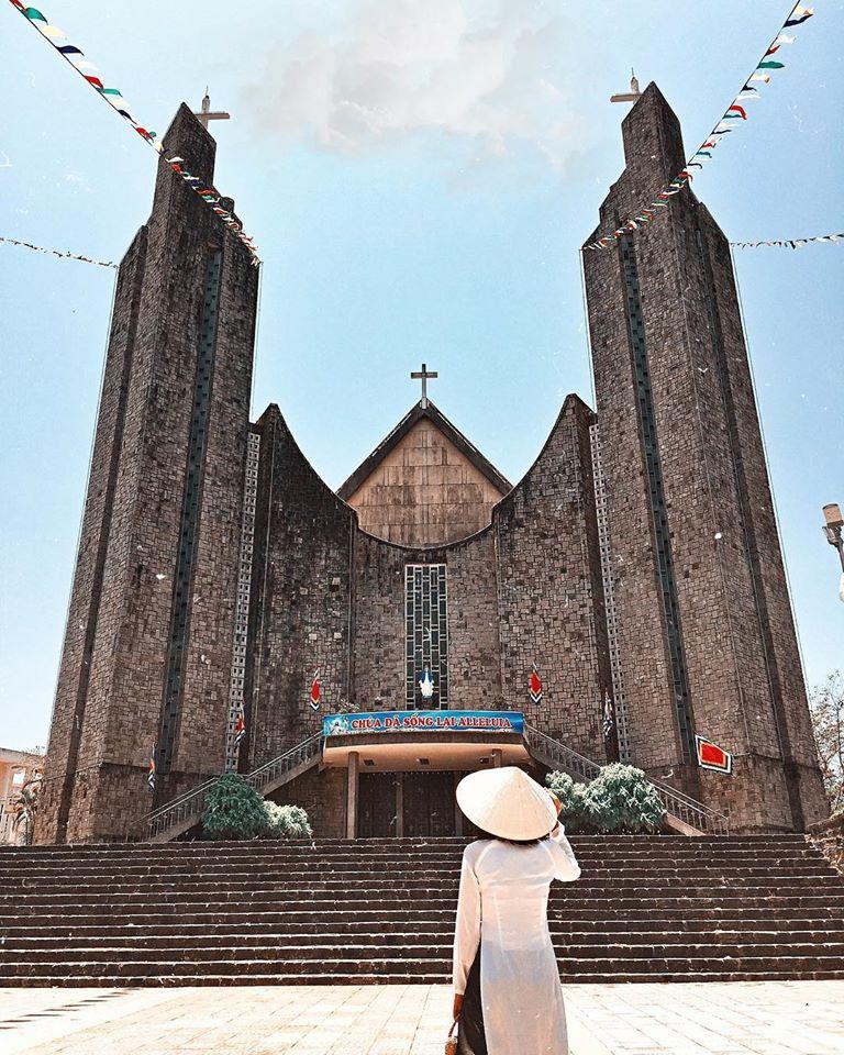 Nhà thờ Phủ Cam nhìn từ bên ngoài
