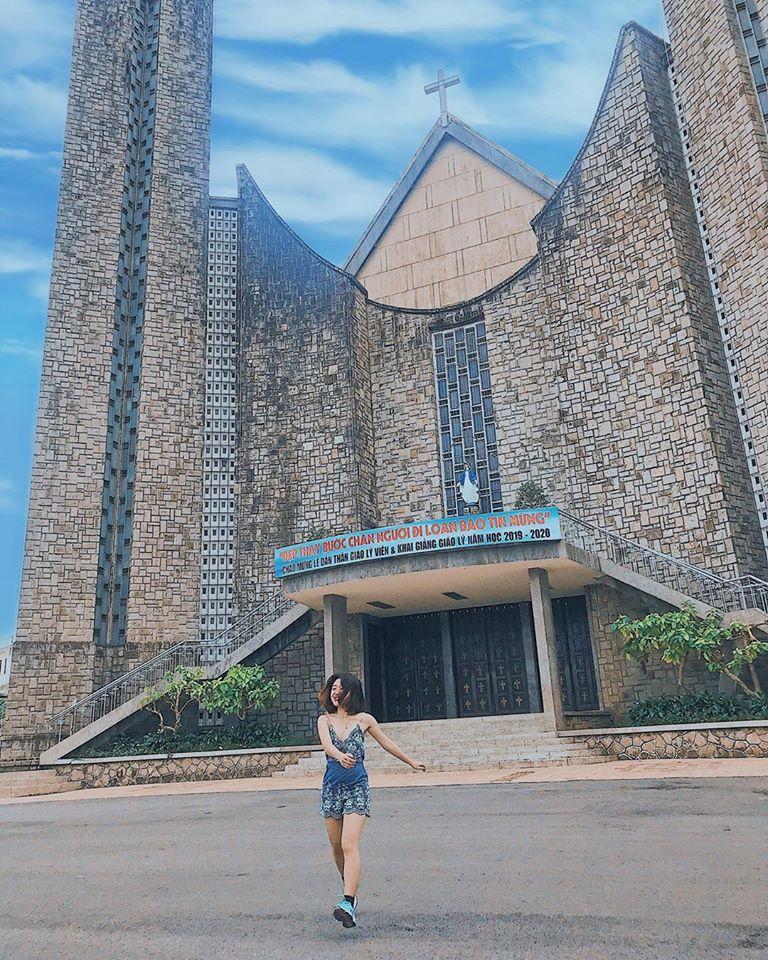 bên ngoài Nhà thờ Phủ Cam