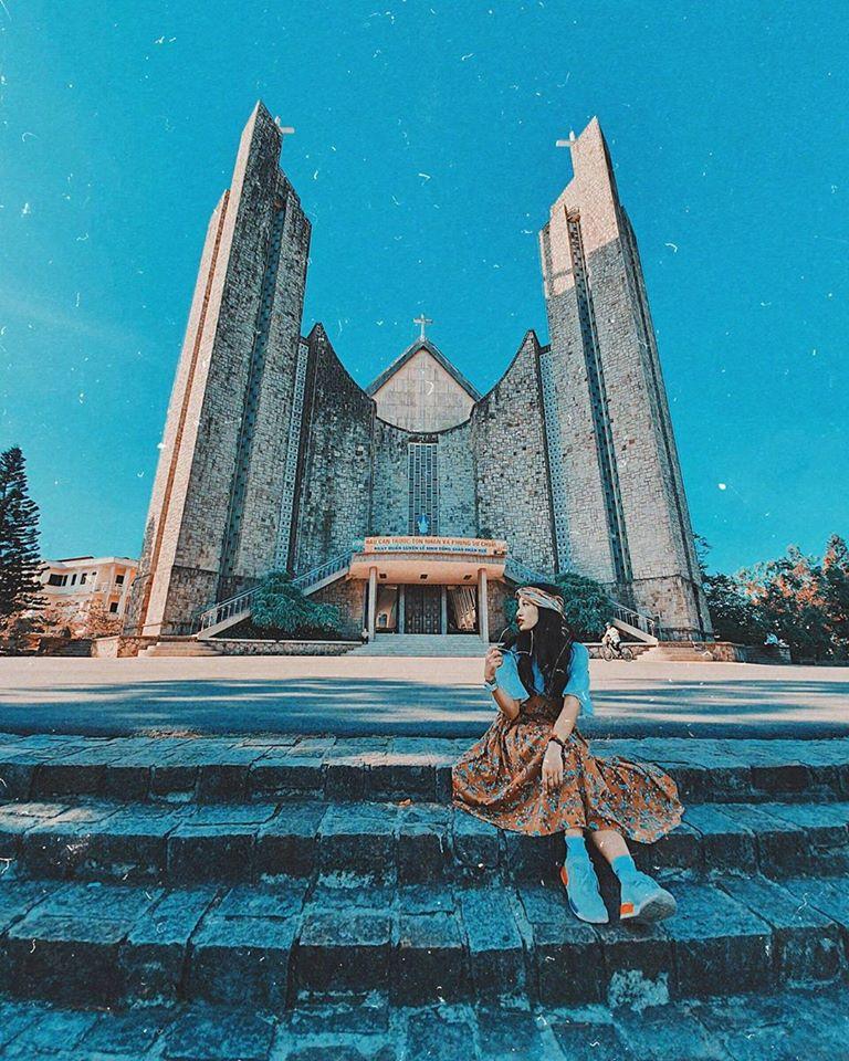 vô số góc check in cực đẹp tại Nhà thờ Phủ Cam ở Huế