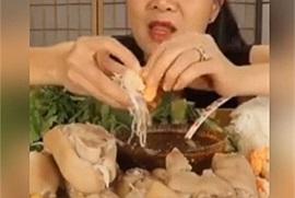 Cạn lời với công thức Bún đậu mắm tôm = Bún + Đậu + Mắm + Tôm của kênh youtube Vinh Nguyễn Thị
