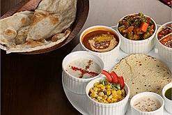 """Thực khách khen ơ mây ding, gút chóp khi """"ăn bốc"""" đúng kiểu Ấn Độ tại nhà hàng Spices Taste"""