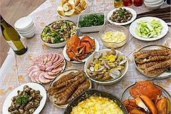 Nhật Lê - người yêu cũ Quang Hải khoe mâm cơm tự nấu chẳng kém gì nhà hàng, nhìn lại cơm Huỳnh Anh nấu quả là khác nhau trời vực!