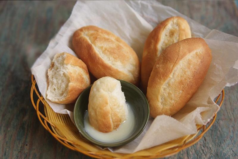 Bánh mì chấm sữa là món ăn gắn liền với tuổi thơ và ngày nay