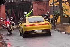 """Đoàn """"siêu xe"""" vô ý thức ngang nhiên đi đường cấm vào thẳng chùa Cầu Hội An"""