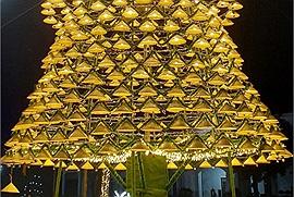 """""""Choáng ngợp"""" trước cây thông làm từ 1.000 chiếc nón lá rực rỡ nhất Nghệ An"""