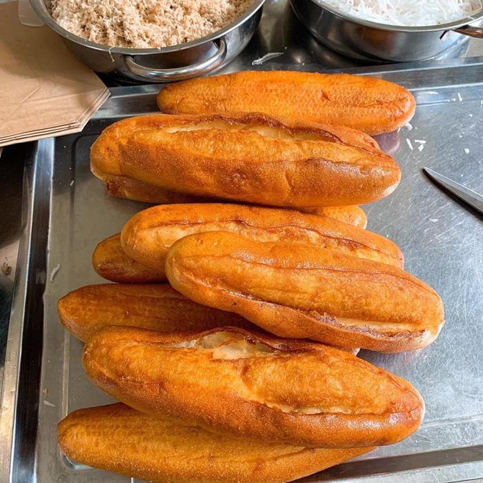 Bánh mì pate ruốc dừa gốc Thái Bình