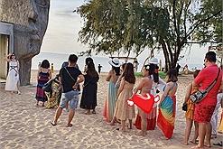 """Đỉnh cao """"khó hiểu"""": Ra biển Phú Quốc check-in bị ném đá """"đi biển sao lại mặc bikini"""""""
