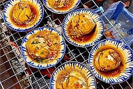"""Hột vịt lộn nướng muối ớt - món ăn """"gây nghiện"""" của dân Sài thành"""