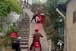 """2 xe máy suýt ngã nhào trên con dốc nổi tiếng nguy hiểm của Đà Lạt, tay lái không chắc thì chỉ có """"đứng giữa con dốc mình khóc"""""""