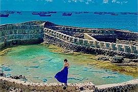 """Con dân """"sống ảo"""" lại đổ ầm ầm trước Hồ trên biển đẹp """"ná thở"""" ở đảo Phú Quý không phải ai cũng biết"""