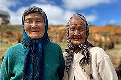 Hai cụ bà dắt tay nhau đi khắp Đà Lạt: Thời trẻ vất vả, về già phải tận hưởng cho đã