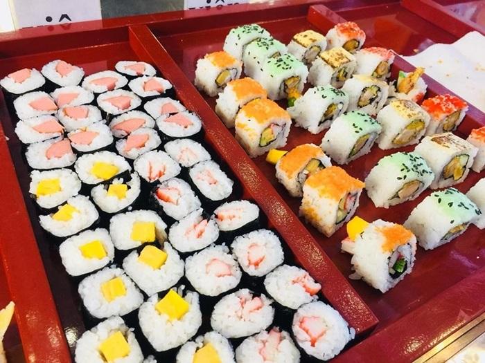 Sushi kiểu Nhật với trứng cá hồi