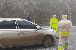 Lào Cai và Lai Châu tạm cấm xe khách, xe cá nhân lên núi ngắm tuyết