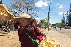 Dù nhiều người muốn giúp đỡ cụ bà 94 tuổi rong ruổi bán bánh bắp 5 nghìn ở Đà Lạt vẫn từ chối