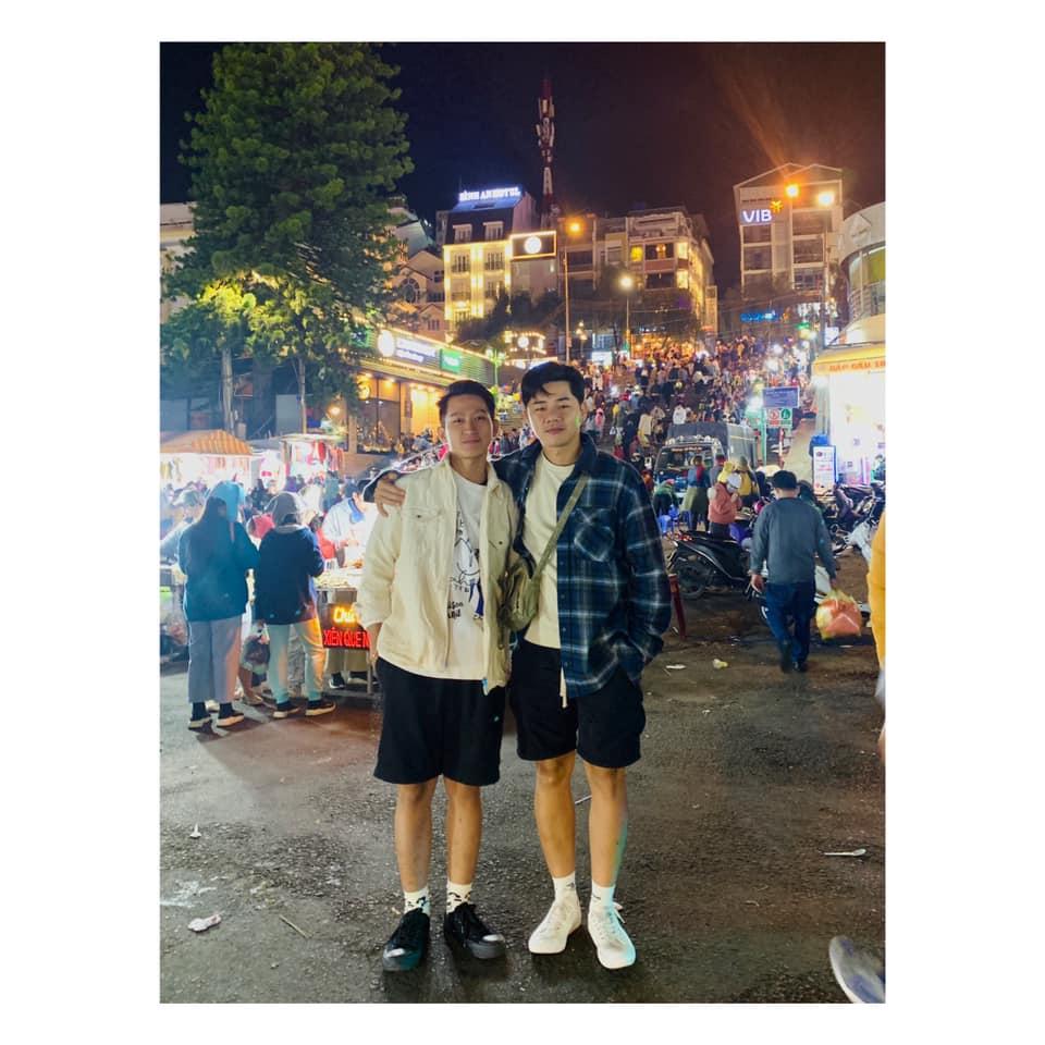 """2 chàng đẹp trai phát """"cơm tró"""" ở Đà Lạt"""