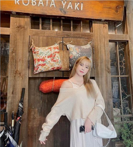 Thiều Bảo Trâm check in với cửa gỗ, gối hoa văn truyền thống của Nhật Bản
