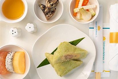 Đón Tết trên không: Vietnam Airlines đưa cả mâm cơm Tết với bánh chưng, xôi gấc,... phục vụ hành khách trên độ cao nghìn mét