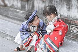 """Mặc Việt phục cổ dạo phố """"cưng xỉu"""" như hai em bé này mới là chuẩn bài check in đón Tết"""