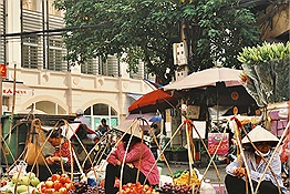 Hà Nội có chợ Đồng Xuân...