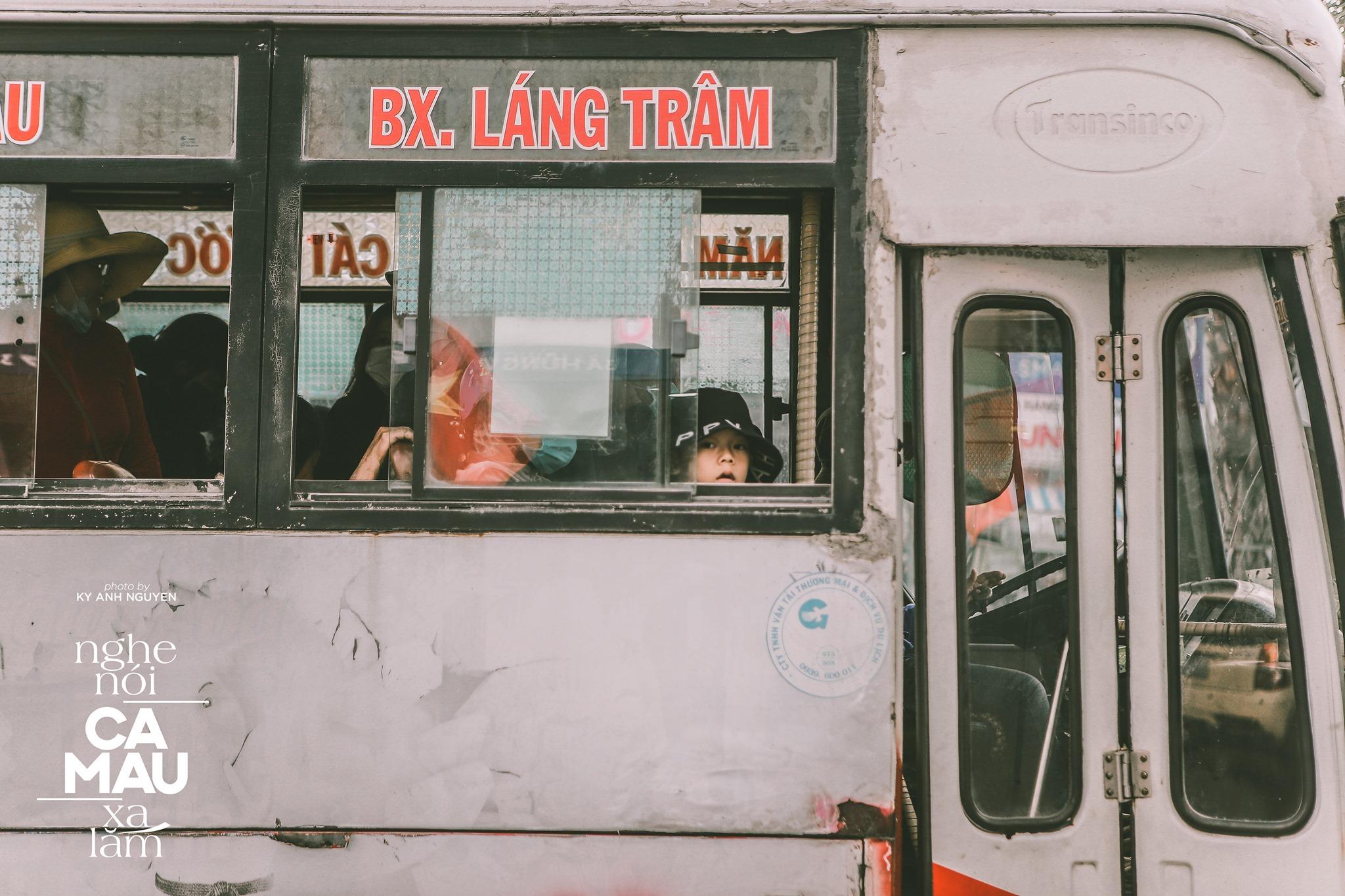 Chiếc xe bus tuổi thơ của những bạn nhỏ Cà Mau