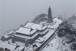 28 Tết tuyết vẫn rơi trắng đỉnh Fansipan, dự báo 5 ngày tới vẫn rơi dày, Tết này đi săn tuyết nhé