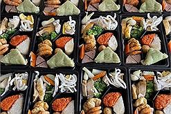 Bữa cơm có đủ bánh chưng, thịt gà, giò chả tại khu cách ly làm ấm lòng người