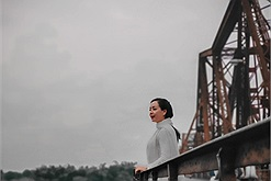Nghệ sĩ Chiều Xuân tung bay tà áo trên cây cầu Long Biên ngàn năm lịch sử - Hà Nội đây chứ đâu!