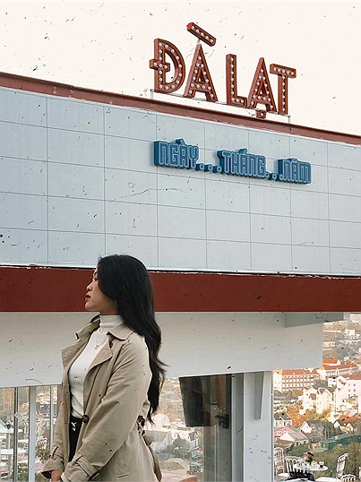 Chill hết nấc ở Đà Lạt Ngày Tháng Năm - quán cà phê 'Rạp hát' săn hoàng hôn mới toanh của thành phố
