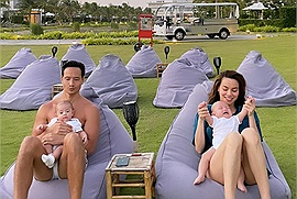 Hà Hồ chi hơn 1000 đô để Subeo và 2 nhóc tì sinh đôi được xem phim ngoài trời, tắm bể bơi riêng