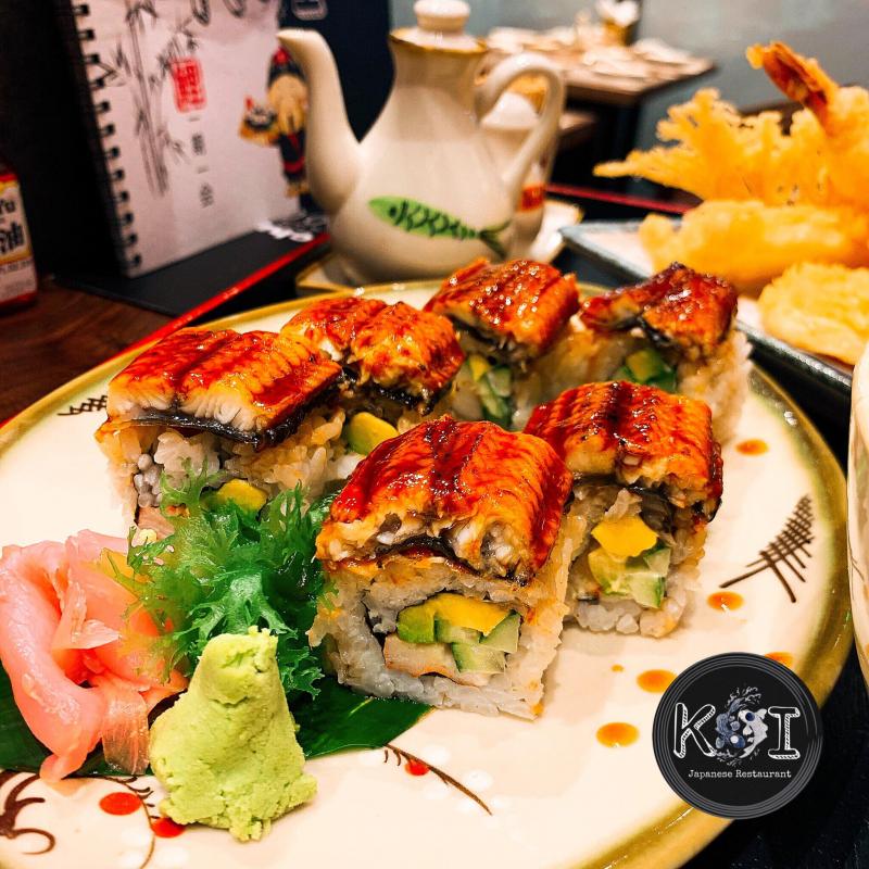 Sushi lươn với những miếng lươn dày dặn, bóng mướt với sốt đậm đà
