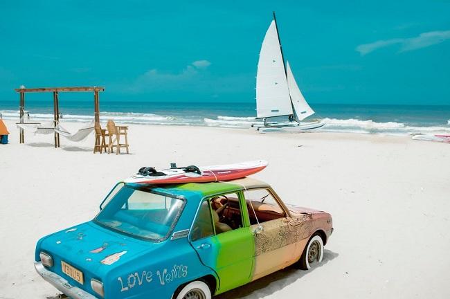 Hoạt động thể thao wind surf trên biển tại Coco Beach