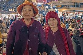 """Cặp bạn già U70 nắm tay nhau lên Đà Lạt kỉ niệm - câu chuyện từ BFF thành sui gia khiến dân mạng """"phát sốt"""""""