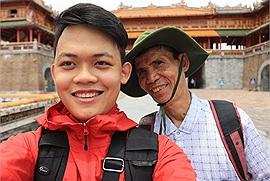 """Chàng trai 9X đi xuyên Việt cùng """"bạn ông nội"""" 74 tuổi vì một lời hẹn ước, 25 ngày đã đi hết 20 tỉnh thành, gần 4000km"""