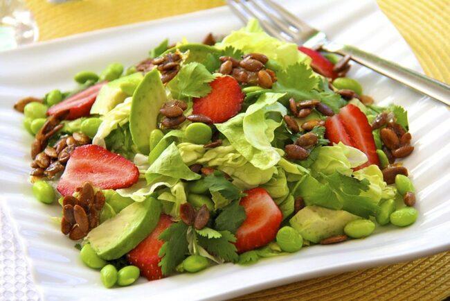 làm salad bơ tốt cho tim mạch
