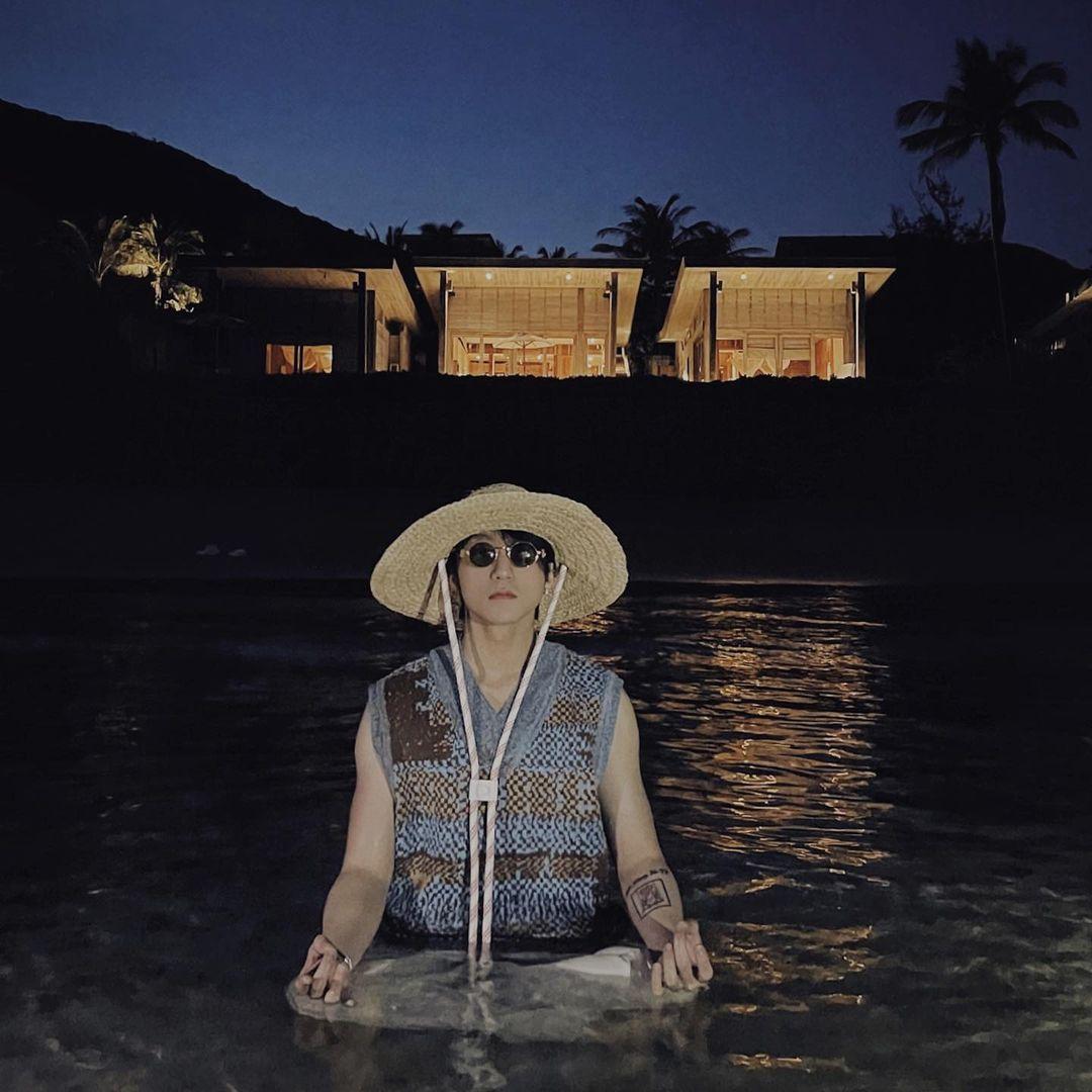 Ngồi thiền cũng phải ở hồ bơi của resort 90 triệu một đêm