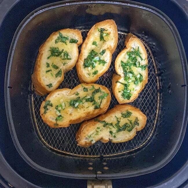 nồi chiên không dầu với công thức bánh mì bơ cháy tỏi