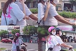 Nhã Phương cười tít mắt vì được Trường Giang lái xe máy đưa đi dạo, fan đứng ngồi không yên: ra mà xem họ yêu nhau kìa!