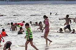 Dịch bệnh đang bùng phát ầm ầm mà dân Hạ Long vẫn tu tập đông đúc ở bãi tắm tự phát