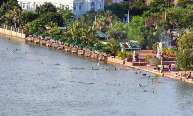 tụ tập tắm biển ở Hạ Long