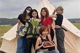 """Linh Ngọc Đàm rủ rê hội bạn thân đi picnic hồ Trị An, vừa chill chill vừa có ảnh """"nghệ"""" mang về"""