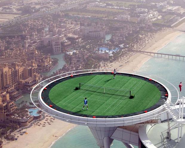 sân tennis này toạ lạc trên đỉnh của khách sạn Burj al Arab