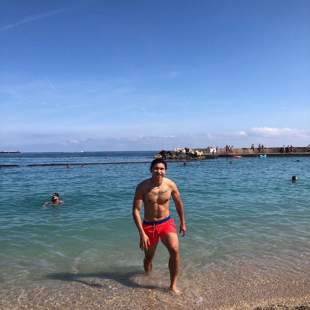 Văn Hậu tại bãi biển Monaco