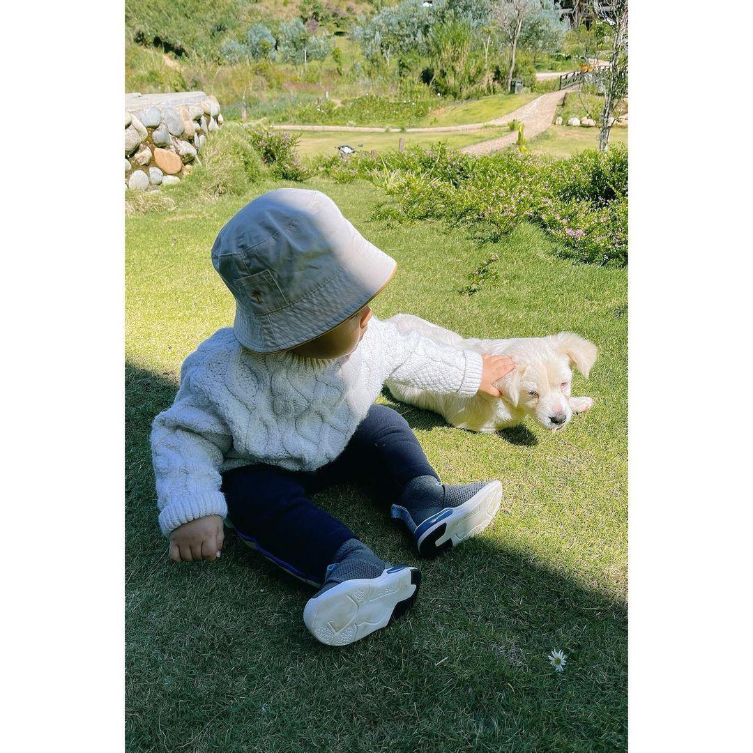 con trai Hòa minzy đi du lịch và ở nhà