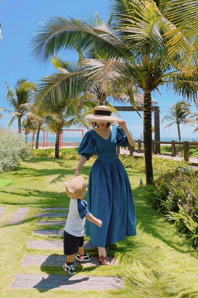 con trai Hòa minzy cùng nắm tay mẹ đi dạo quanh resort