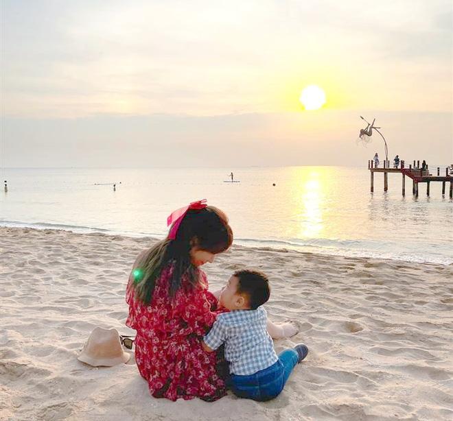 bé Bo check in hoàng hôn trên bãi biển với mẹ