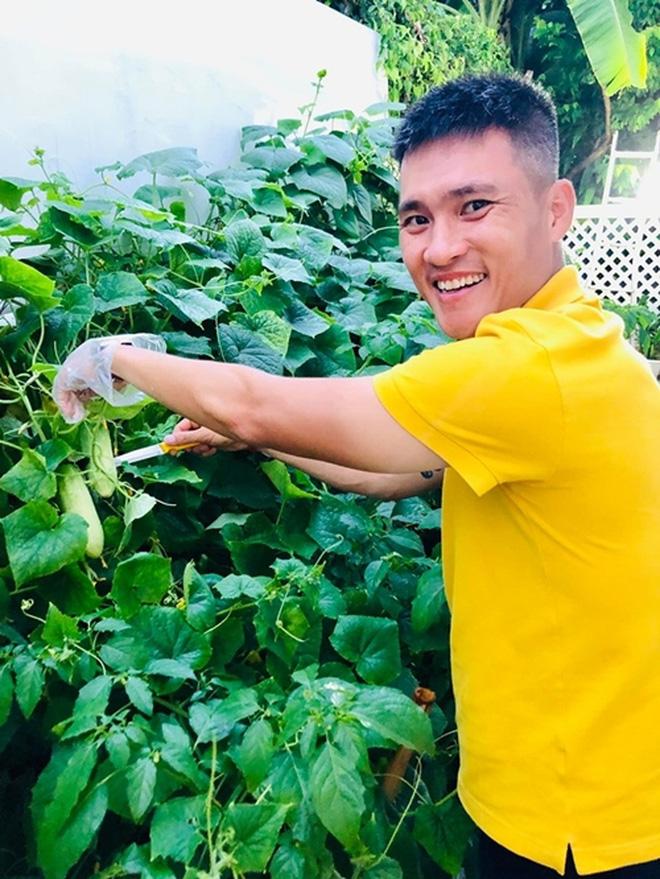 Công Vinh vui vẻ làm vườn