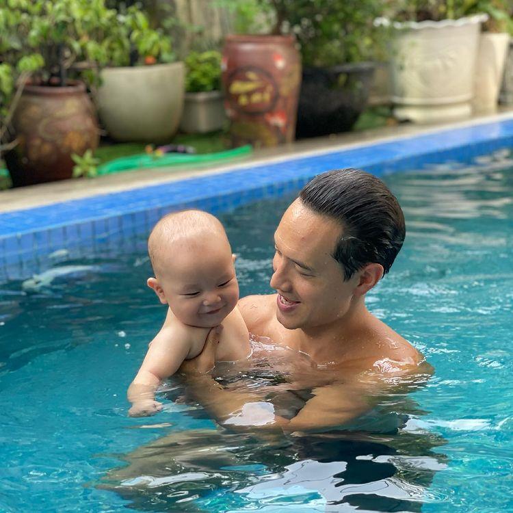 hai con sinh đôi của Hồ Ngọc Hà đi biển tại nhà