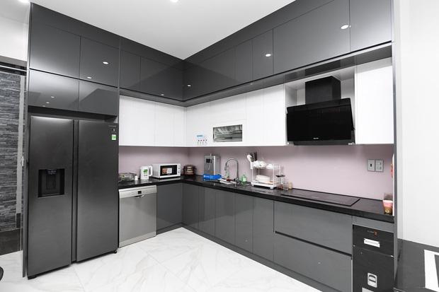 tủ bếp đều do một tay vợ Quế Ngọc Hải lựa chọn