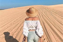 Hết dịch cùng nhau chạy thật xa đến nơi nắng vàng cát trắng ở Mũi Né để có giây phút nghỉ ngơi lãng mạn như đôi bạn trẻ này